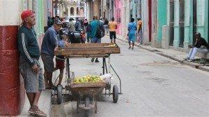 160214_j15au_marchand-fruits-havane-cuba_sn635